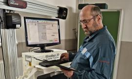 Herbert Lobenwein am Computer Achsvermessstand zum vorbereiten auf die Achsvermessung und Spureinstellung
